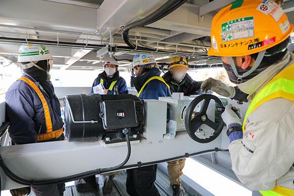 電動で稼働する部分は、万が一の際に備えて、手動でも格納できるようになっている
