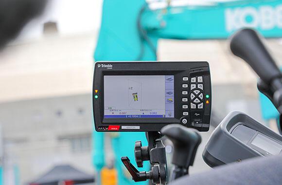 操縦席にはコントロールボックスを設置。事前に3次元の設計データ(設計値)を読み込むと、施工時には重機の位置、設計情報、測位情報などが表示される